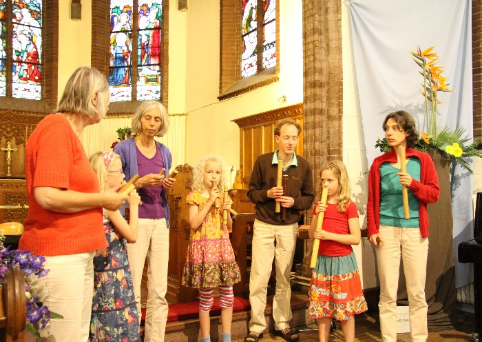 photo of Leonoor, Fenna, Jeannette, Janne, Erik, Sanne and Marthe; Fenna, Janne and Sanne playing the flute