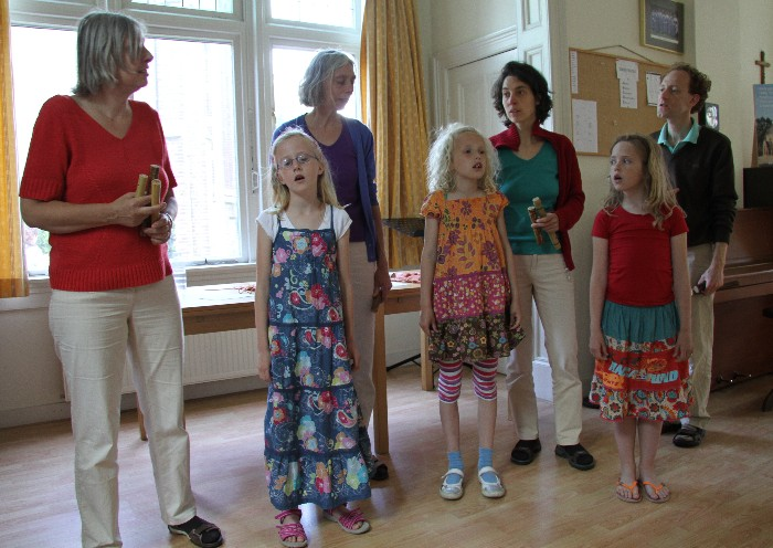 photo of the practice session: Leonoor, Fenna, Jeannette, Janne, Erik, Sanne and Marthe singing