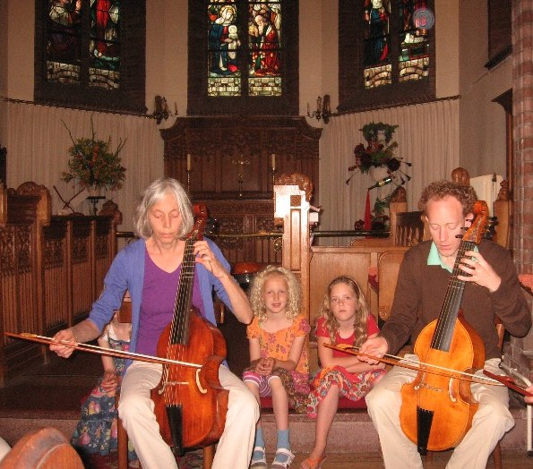 photo of Jeannette and Erik with alto viols, Fenna, Janne and Sanne sitting behind them and listening