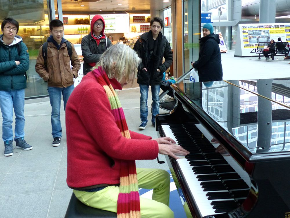 photo, Leonoor plays on the grand piano at Den Haag Central Station on 6 March 2015