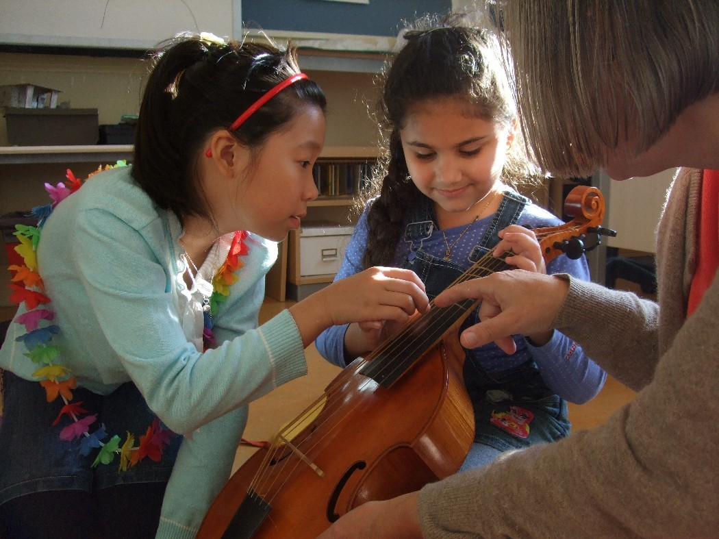 photo, Rawan plucks on the viola da gamba 'Mieke hou je vast