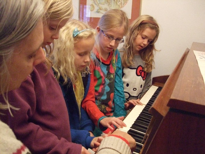 photo from Sanne, Fenna, Janne and Rosa on the piano