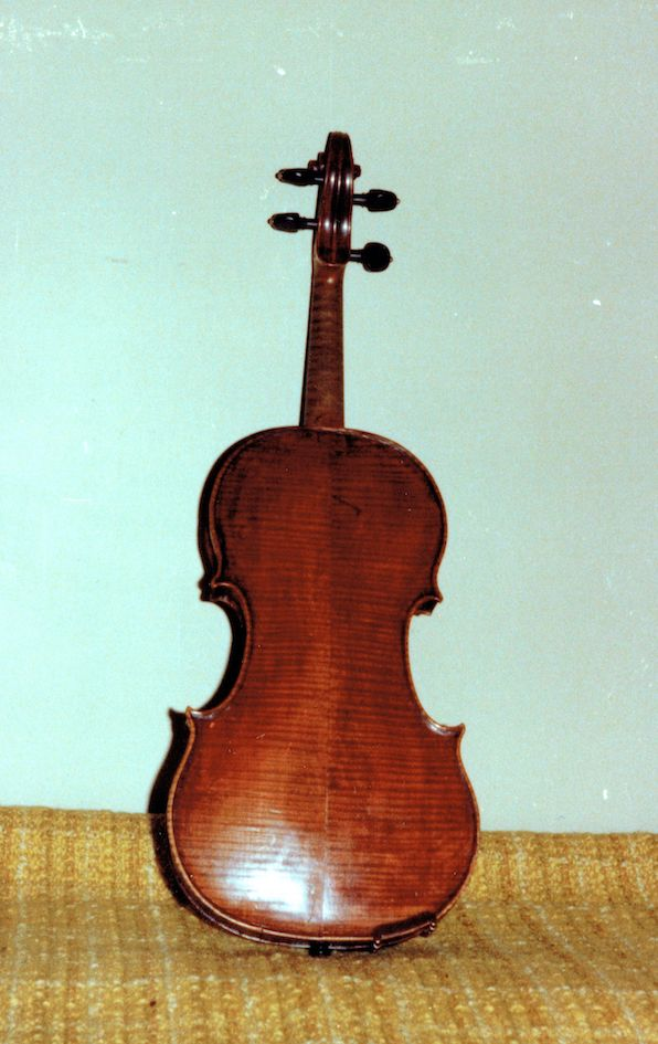 photo from the back of Leonoor's violin