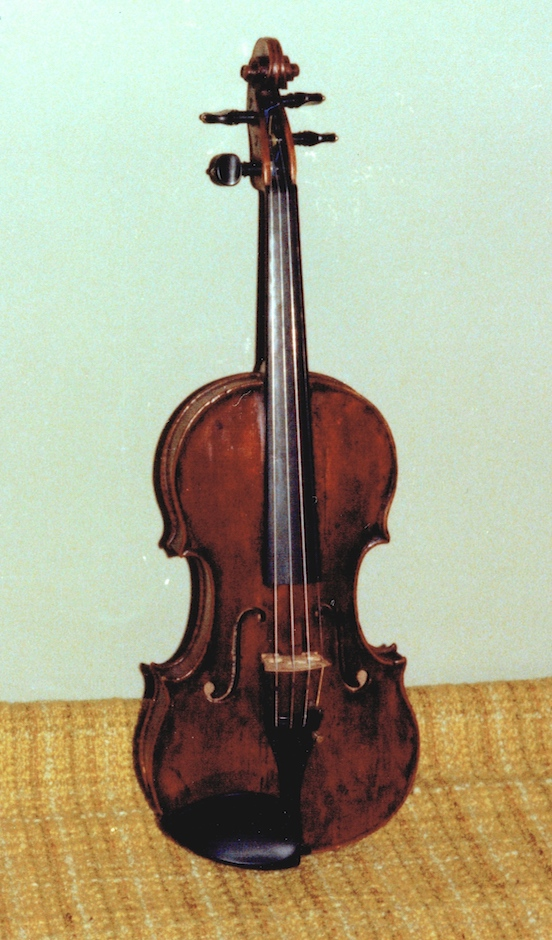photo from the front of Leonoor's violin